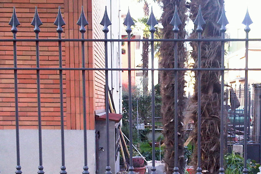 particolare di cancellata in ferro con punte per villetta o condominio - Fratelli Gussoni fabbro Cornaredo