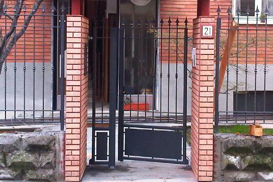 cancelletto apribile in ferro con punte per villetta o condominio - Fratelli Gussoni fabbro Cornaredo
