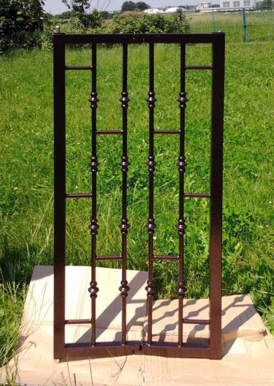 produzione di inferriate di sicurezza apribili parallele verticali con tondini in ferro per finestra di villetta o condominio - Fratelli Gussoni fabbro Cornaredo