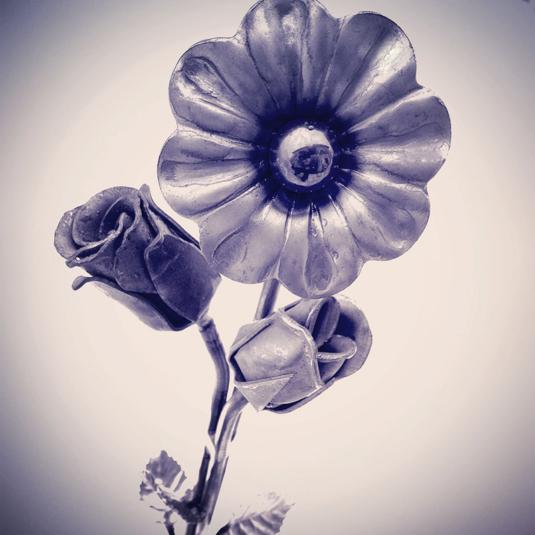 fiore in ferro battutto in mezzo ad un campo di neve - Fratelli Gussoni fabbro Cornaredo