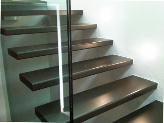 scale per interni con gradini sospesi in ferro - Fratelli Gussoni fabbro Cornaredo