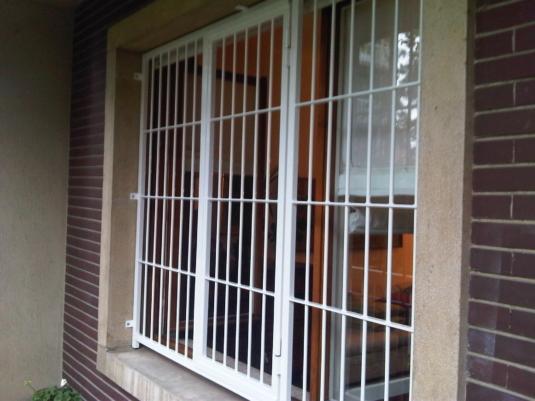 inferriate di sicurezza apribili parallele verticali in ferro per porta finestra di villetta o condominio - Fratelli Gussoni fabbro Cornaredo