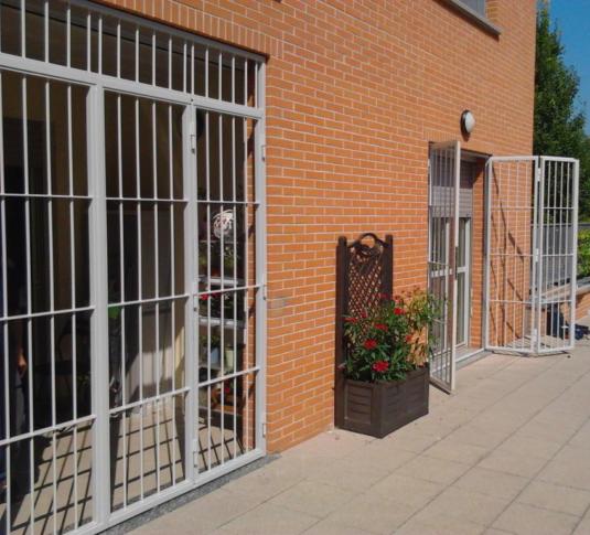inferriate di sicurezza apribili parallele verticali in ferro per porta finestra su terrazzo di villetta o condominio - Fratelli Gussoni fabbro Cornaredo