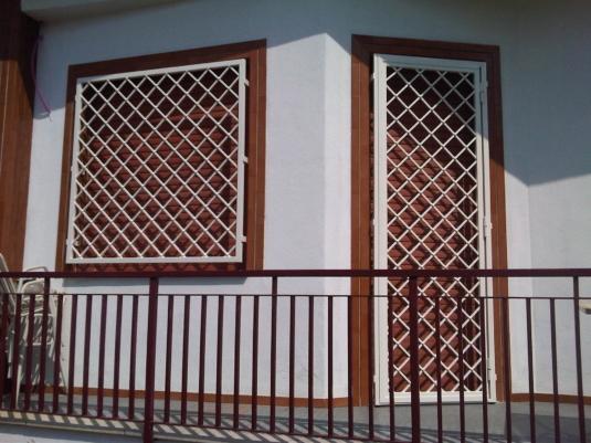 inferriate di sicurezza bianche apribili in ferro con barre diagonali per porta finestra di villetta o condominio - Fratelli Gussoni fabbro Cornaredo