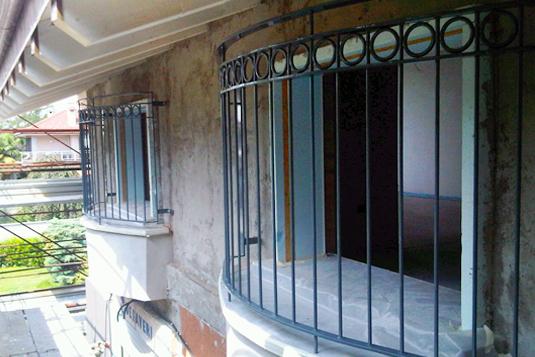 parapetto di balcone terrazzo in ferro con decorazioni a cerchi - Fratelli Gussoni fabbro Cornaredo