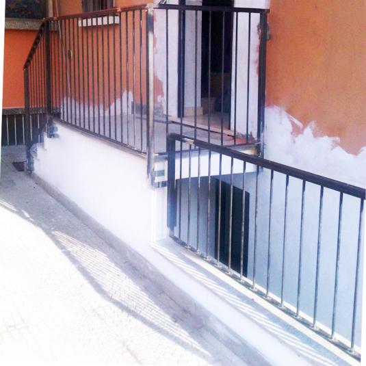 produzione di un parapetto totalmente in ferro liscio per ingresso appartamento cantiere - Fratelli Gussoni fabbro Cornaredo