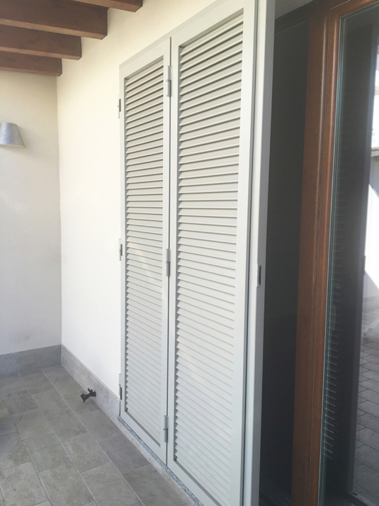 persiane di sicurezza apribili in ferro color grigio tortora per porta finestra su terrazzo e balcone di villetta o condominio - Fratelli Gussoni fabbro Cornaredo