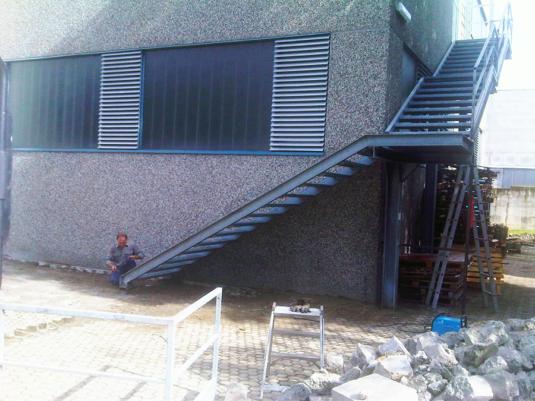 scala per officina in ferro in esterno con parapetto e struttura e in ferro - Fratelli Gussoni fabbro Cornaredo