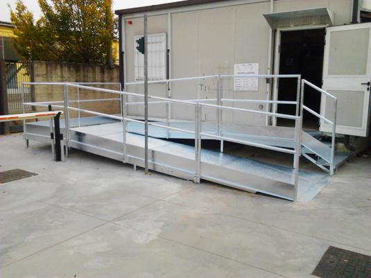 scala e passerella disabili in ferro per gabbiotto esterno con parapetto e struttura e in ferro - Fratelli Gussoni fabbro Cornaredo