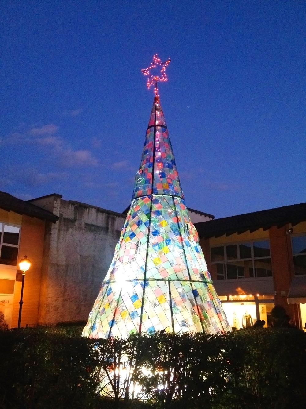 design christmas tree in ferro realizzato per festività in piazza a milano da fabbro fratelli gussoni