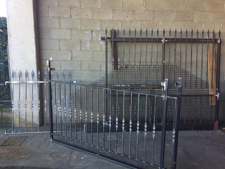 cancello e cancellata in ferro artigianale preparati dal fabbro
