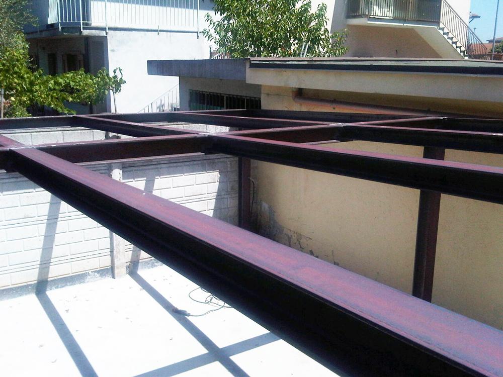 carpenteria metallica - pensilina in ferro con pilastri e travi realizzata da fabbro gussoni