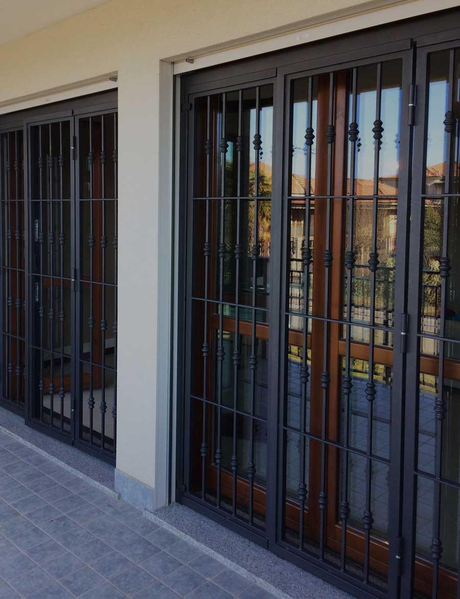 inferriata in ferro per terrazzo in condominio Milano