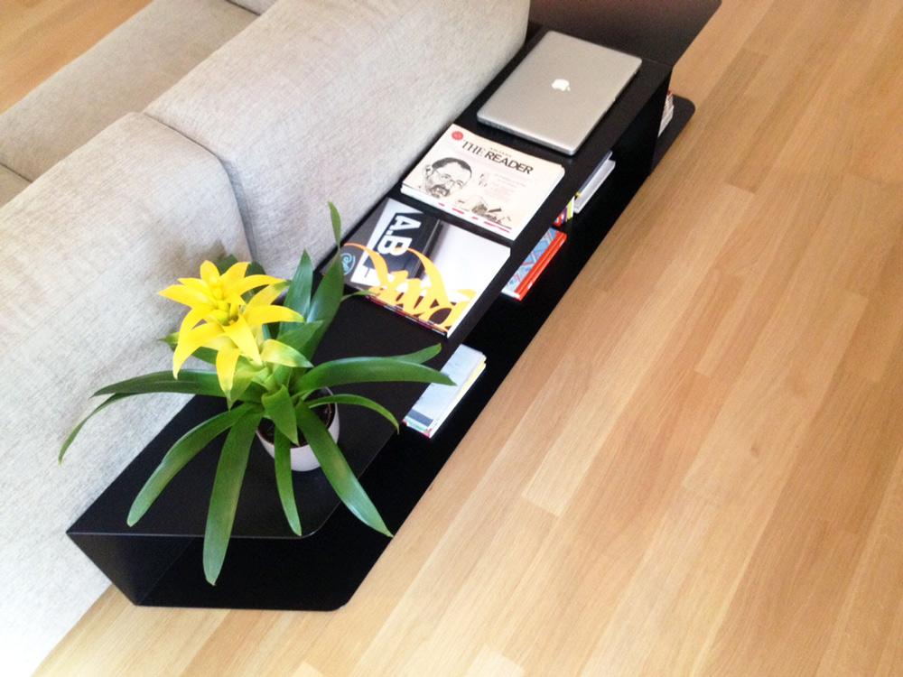 libreria ferro bassa per divano soggiorno con pianta - interior design