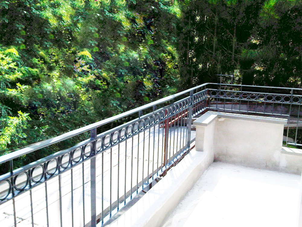 parapetto terrazza decorato con cerchi in ferro per villetta
