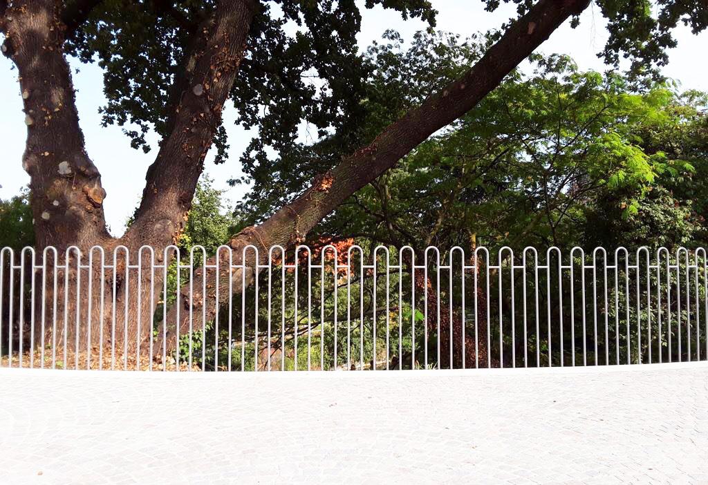 recinzione ringhiera in ferro per parco in piazza a cornaredo realizzato da fratelli gussoni