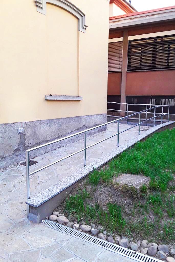 parapetto esterno salita in strada o piazza realizzata in ferro da fabbro