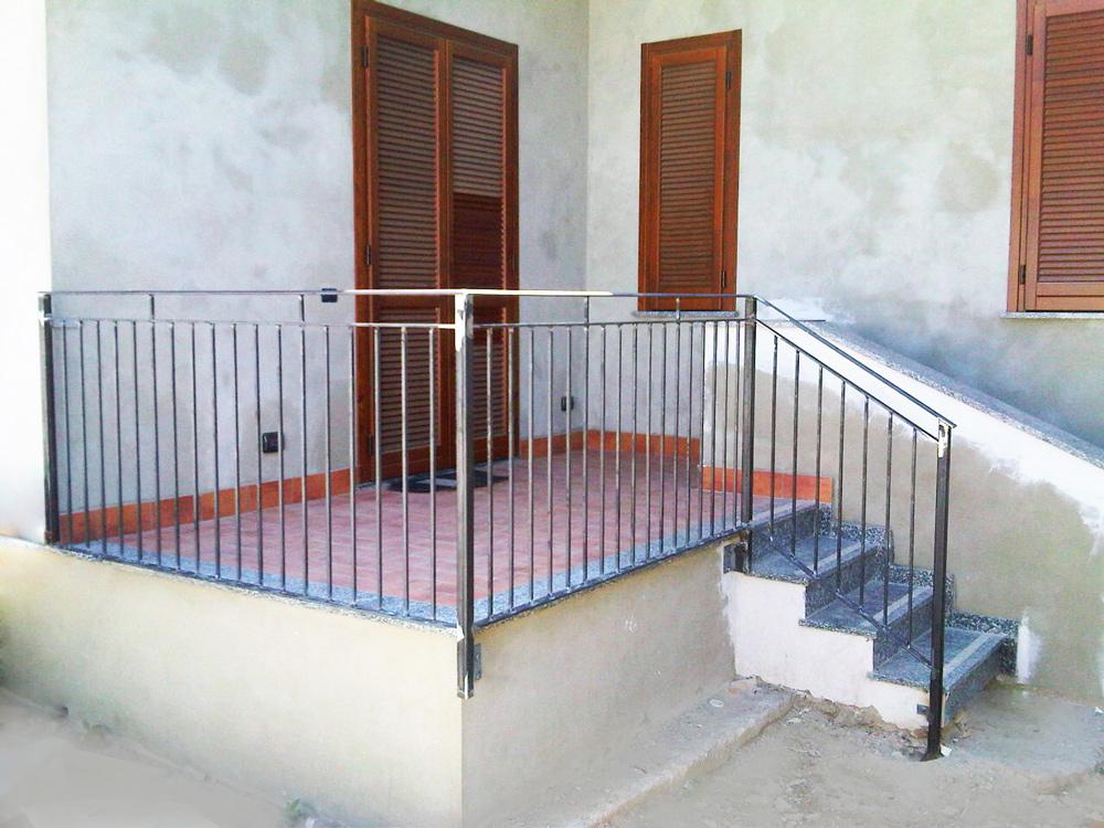 recinzione balcone di casa in costruzione cantiere edile