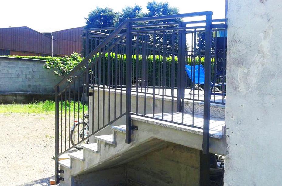 parapetti recinzioni appena prodotti e installati su scalinata di casa nuova