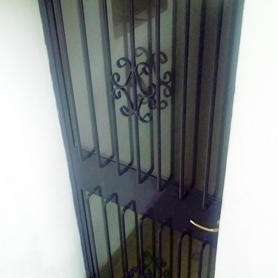 porta entrata ferro battuto decorata con vetro realizzata da fabbro gussoni