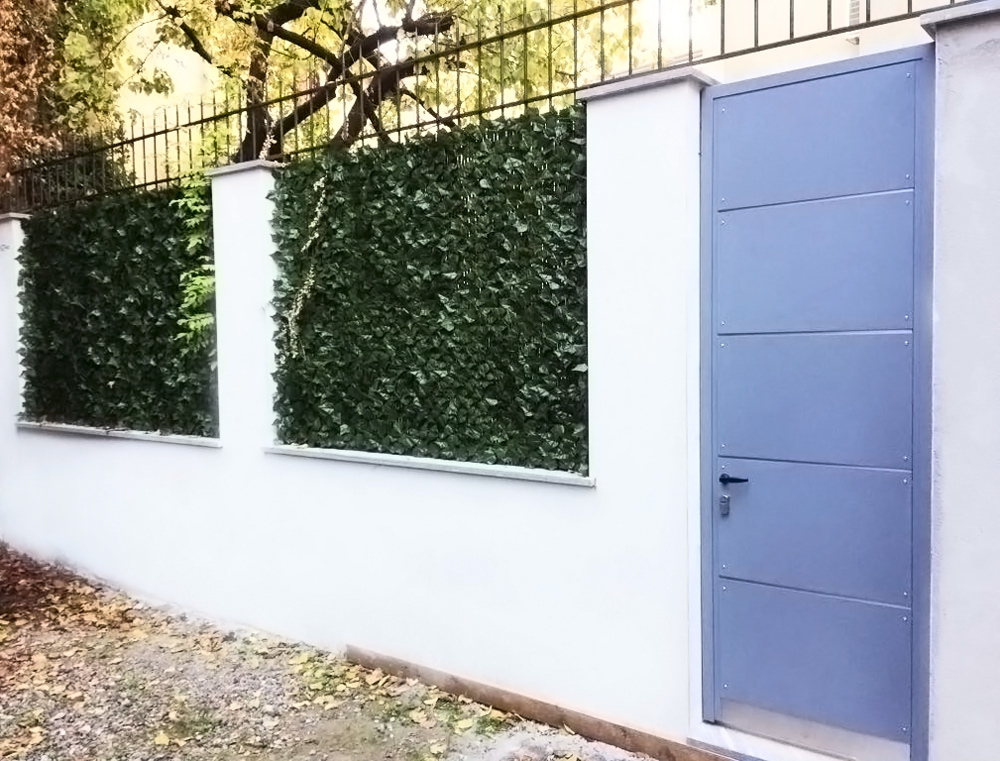 porta in ferro entrata abitazione elegante con disegno regolare e piccole fessure - design fratelli gussoni