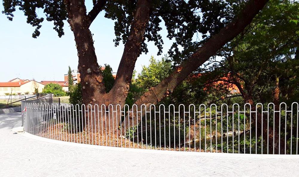 recinzione in ferro per parco in piazza a cornaredo realizzato da fratelli gussoni