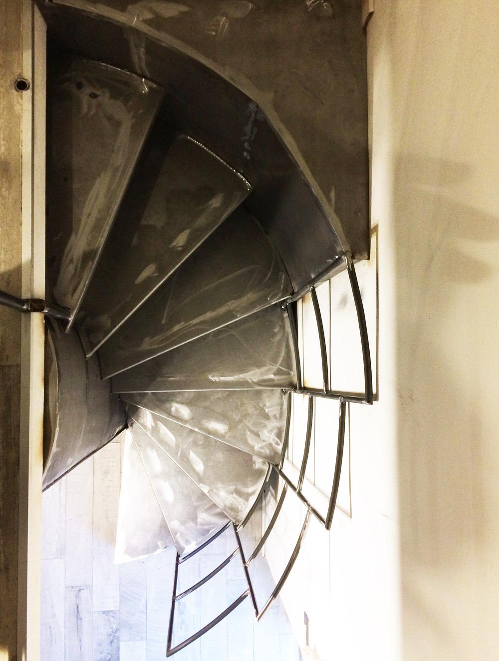 scalinata circolare dall'alto con parapetto in ferro interior design
