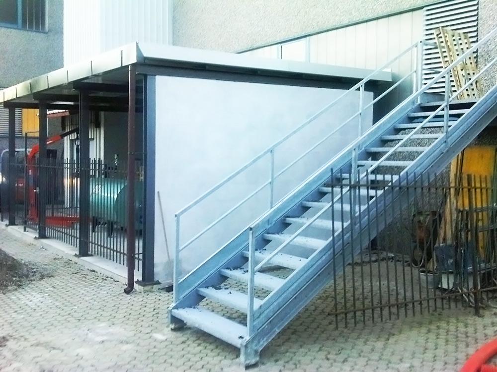 scalinata e parapetto per palazzina realizzata in ferro da fabbor