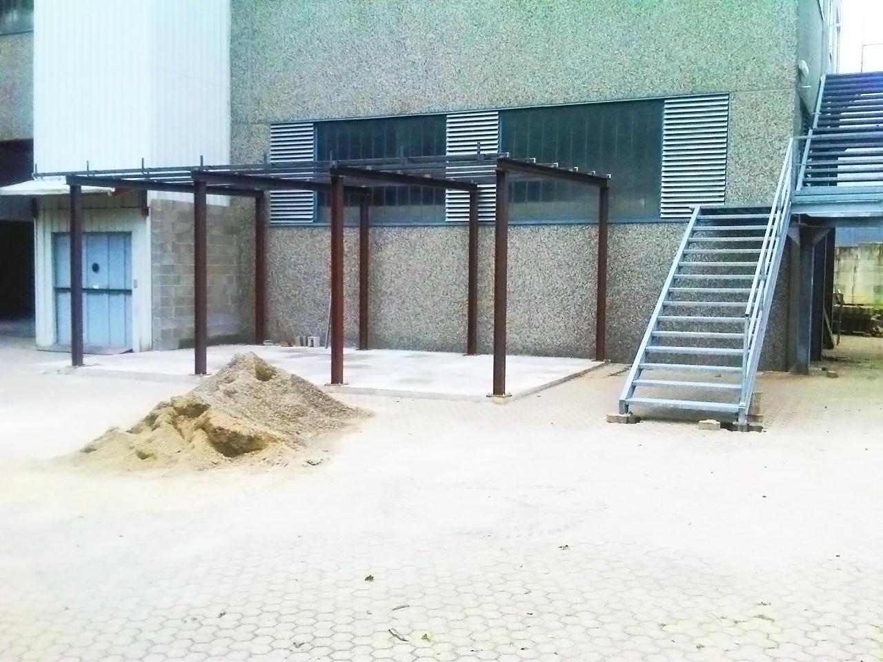 scalinata e pensilina con pilastri e travi per palazzina realizzata in ferro da fabbor