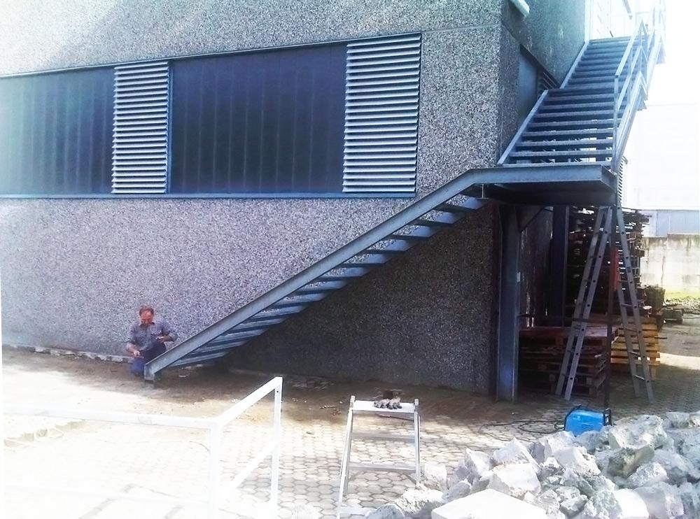 scalinata palazzina fabbro al lavoro montaggio in ferro