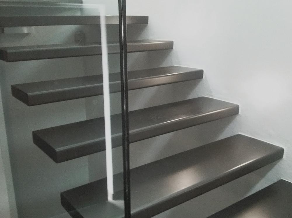 scala con gradini in ferro sospesi realizzata su misura