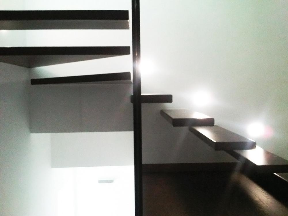 gradini appartamento due piani sbalzo