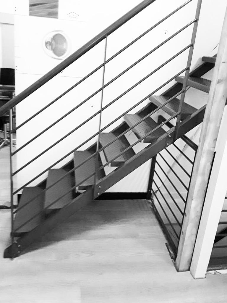 scalinata e ringhiera in ferro verniciato realizzata da fabbro Fratelli Gussoni per appartamento o uffici