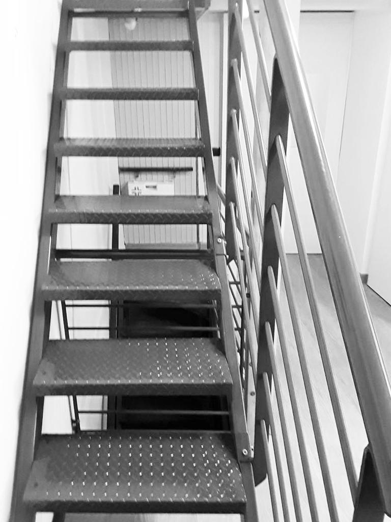scalinata e parapetto in ferro verniciato realizzata da fabbro Fratelli Gussoni per appartamento o uffici
